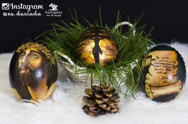 Huevo de Pascua pintado a mano con imágenes biblicas sobre huevo de avestruz