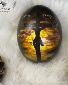 Imagen Jesucristo crucificado al Ocaso. Pintura maestra sobre huevo de avestruz