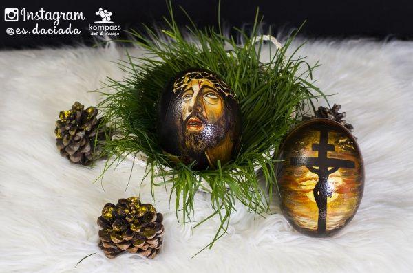 Modelo A Imagen principal de Jesucristo en via crucis y Jesucristo crucificado al Ocaso. Pintura maestra sobre huevo de avestruz