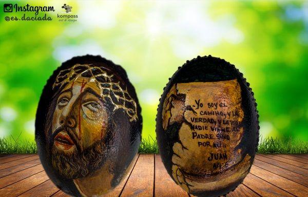 Modelo B Jesucristo en via crucis y pergamino con texto pintado a mano sobre huevo de avestruz